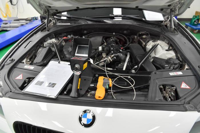 BMW 520d 결함 차량 엔진룸. 박지호기자 jihopress@etnews.com