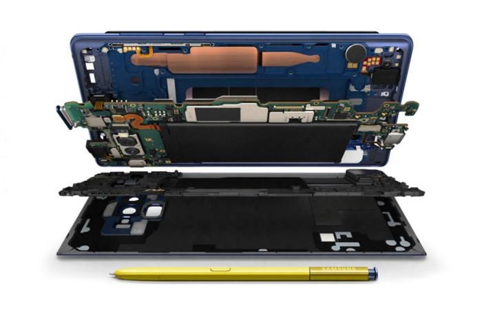 수랭식 시스템은 스마트폰 사용으로 발생한 열에너지가 열전도관에 들어있는 물을 기화시키고, 이때 생성된 수증기가 온도 낮은 쪽으로 이동해 다시 액화되는 과정을 반복한다. 노트9 또한 이러한 흡열·발열반응 반복을 통해 효과적으로 열을 제어한다 [사진=삼성전자 뉴스룸]