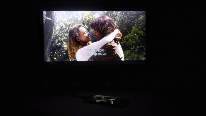 갤럭시 노트9을 모니터와 연결해 덱스로 미러링한 모습. 화면만 크다면, 넷플릭스 영화 감상에도 적합하다