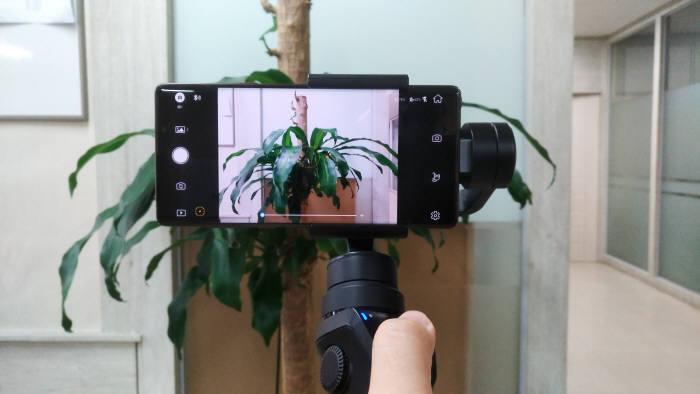 스마트폰 전용 짐벌에 갤럭시 노트9을 연결한 모습