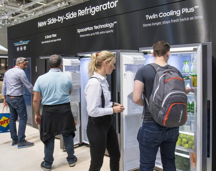 IFA 2018 삼성전자 부스에서 관람객들이 양문형 냉장고를 살펴보고 있다.