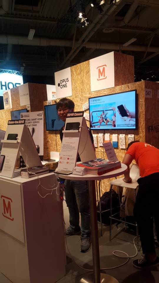1일(현지시간) 독일 베를린에서 열린 IFA 2018에서 삼성전자 C랩 출신 스타트업 모픽이 자사 제품을 전시하고 있다.