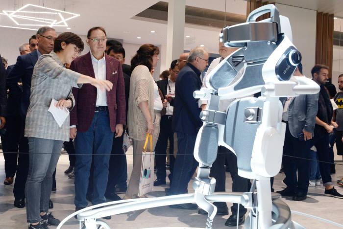 조성진 LG전자 부회장이 IFA 2018 전시장 내 LG전자 부스에서 LG 클로이 수트봇을 살펴보고 있다.