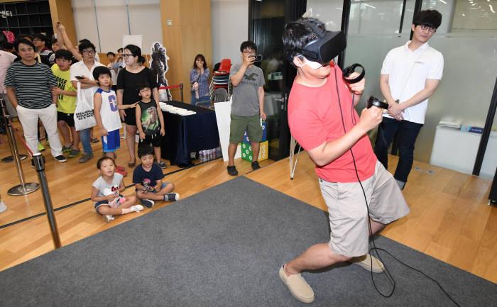 가족 놀이터로 변한 VR 체험존.(사진=김동욱기자 gphoto@etnews.com)