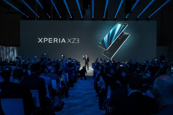 키시다 미츠야 소니 모바일 커뮤니케이션즈 사장이 엑스페리아 XZ3를 공개했다.