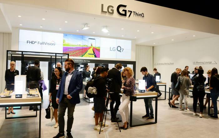 IFA 2018 LG전자 부스를 방문한 관람객들이 LG G7 씽큐를 비롯한 모바일 제품을 살펴보고 있다.