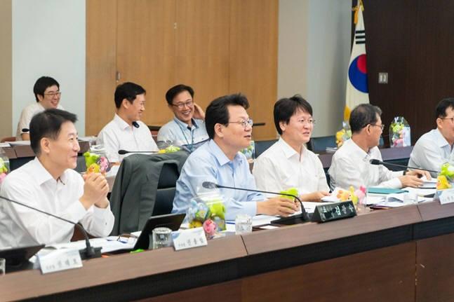 지난달 31일 NH농협금융지주 본사에서 열린 농협금융 디지털워크샵에서 김광수 농협금융 회장(앞줄 왼쪽 두 번째)이 임직원들에게 당부말을 하고 있다