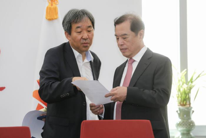 자유한국당은 31일 국회 본관에서 가치와 좌표 재정립 소위원회 회의를 열었다. 김병준 비상대책위원장(오른쪽)이 회의 전 자료를 검토하고 있다.