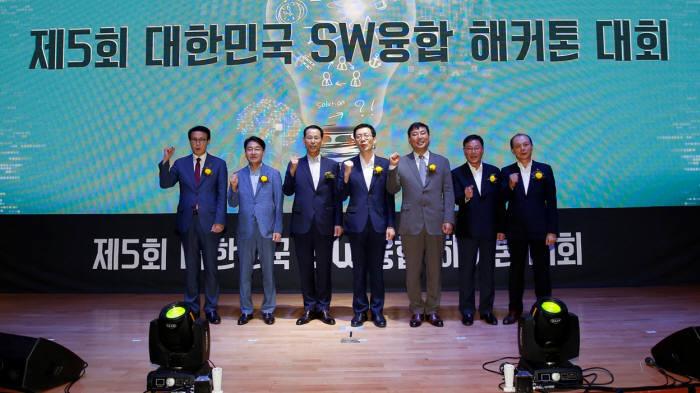 전자부품연구원이 8월 30일부터 9월 1일까지 무박 3일 동안 전북대 진수당에서 개최한 제5회 대한민국 SW융합 해카톤 대회에 참석한 주요 내빈.