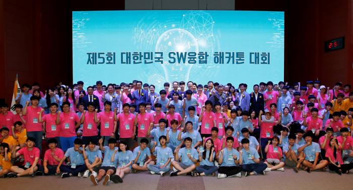 전자부품연구원이 8월 30일부터 9월 1일까지 무박 3일 동안 전북대 진수당에서 개최한 제5회 대한민국 SW융합 해카톤 대회에 참가자 단체 기념사진.