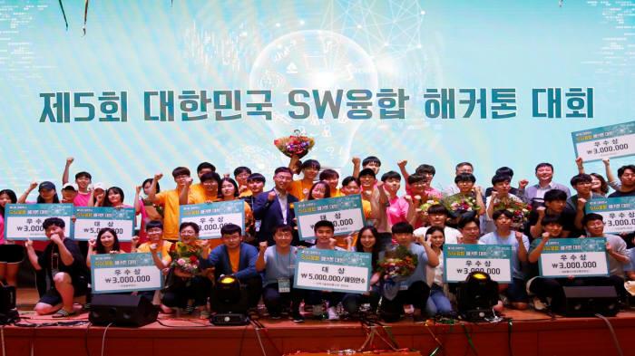 전자부품연구원이 8월 30일부터 9월 1일까지 무박 3일 동안 전북대 진수당에서 개최한 제5회 대한민국 SW융합 해카톤 대회 수상자 기념사진.