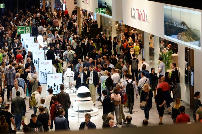 LG전자가 31일부터 9월5일(현지시간)까지 독일 베를린에서 열리는 IFA 2018에서 더 나은 삶을 위한 인공지능 솔루션과 차별화된 시장선도 제품을 대거 선보였다. LG전자 전시관에 관람객이 운집해 있다.