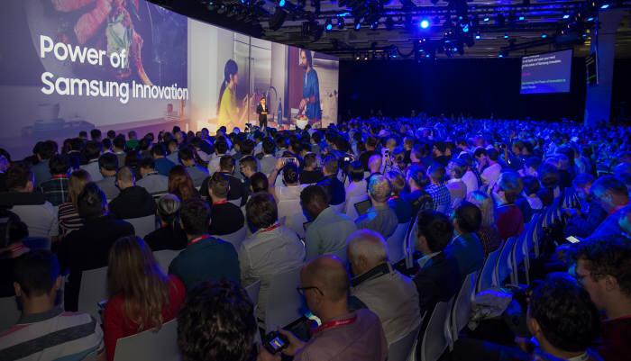 삼성전자가 30일(현지시간) 독일 베를린에서 열리는 유럽 최대 가전 전시회 IFA 2018 개막에 앞서 하반기 주요 신제품과 서비스를 공개하는 프레스 컨퍼런스를 개최했습니다.