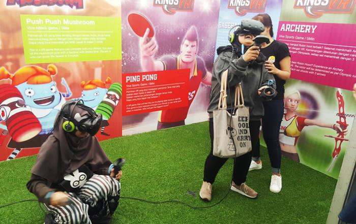 지난 8월 26일 인도네시아 자카르타 에프엑스 수디르만 몰(FX Sudirman Mall)에서 열린 K-푸드&콘텐츠 페스티벌을 찾은 참관객들이 VR 체험을 하며 즐거워하고 있다.