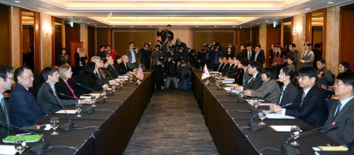 올 1월 31일 서울 롯데호텔에서 열린 한미 FTA 개정 2차 협상에서 양국 협상단이 마주하고 있다.