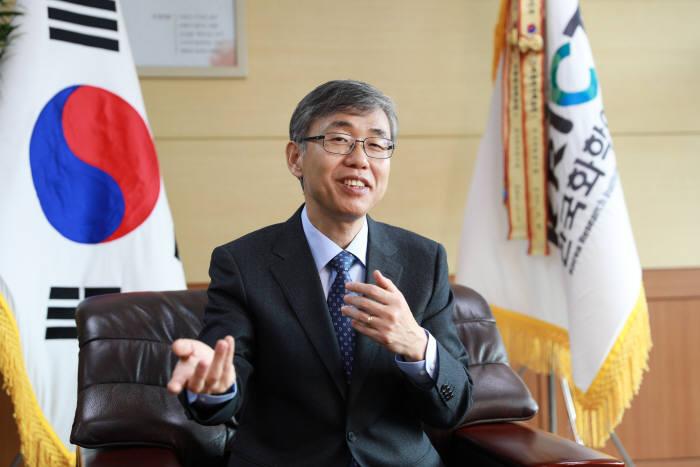 김성수 한국화학연구원 원장은 10년을 내다보는 연구로 정부출연연구기관 다운 연구결과를 도출하겠다고 말했다.