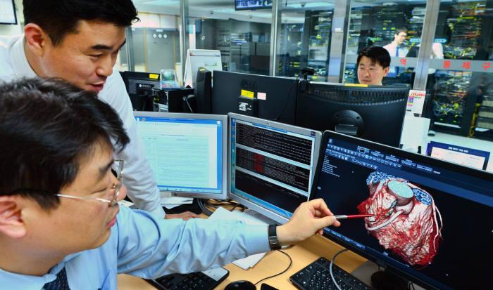 병원 관계자가 빅데이터를 활용해 심혈관 질환 정보를 분석하고 있다.(자료: 전자신문DB)