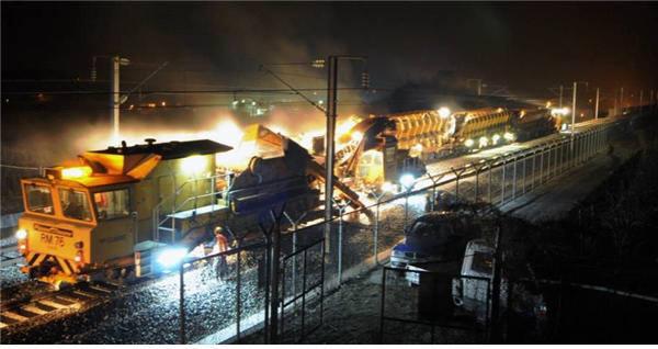 코레일이 열차가 다니지 않는 야간 시간에 자갈교환 작업을 시행하고 있다. 코레일 제공