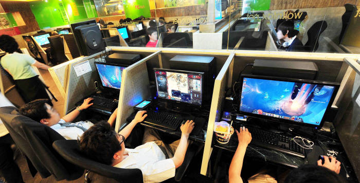 PC방에서 게임을 즐기는 사람들