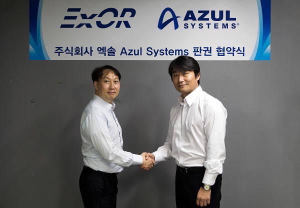 윤서일 엑솔 대표(오른쪽)와 권범준 아줄시스템 한국 대표가 판권 협약식을 체결하고 기념촬영했다. 엑솔 제공