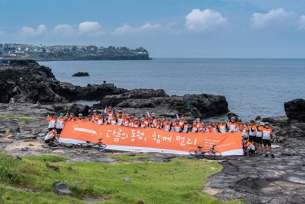 한화 자전거 평화여행 참가자들이 기념촬영하고 있다.<사진 한화>