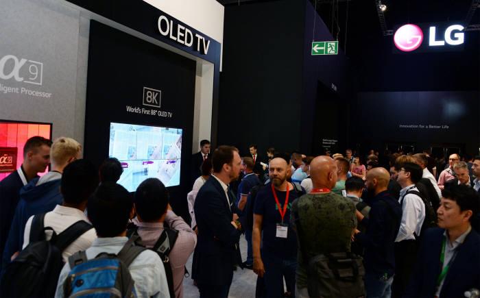 LG전자는 LG 올레드 TV AI 씽큐 2종(모델명 55E8PTA·55C8PTA)이 최근 호주 비영리소비자 매거진인 초이스(Choice)지 성능평가에서 나란히 최고점 86점을 받아 1위를 차지했다고 3일 밝혔다.
