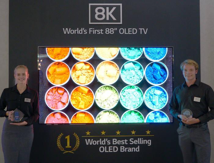 LG전자가 IFA 2018에서 세계 최초 공개한 LG 8K 올레드 TV.