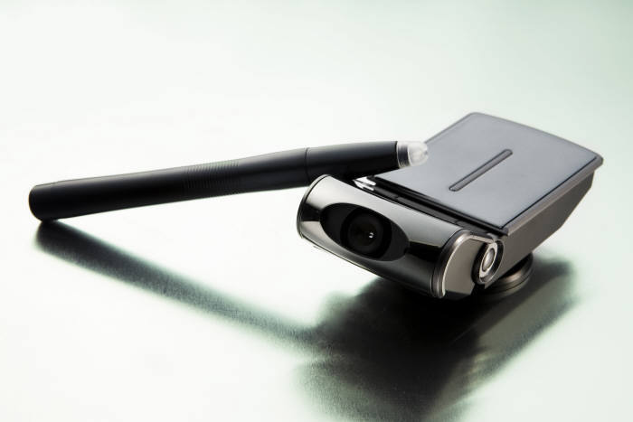 이즈커뮤니케이션즈가 개발한 영상 터치 제어장치 유포인터 외장형.