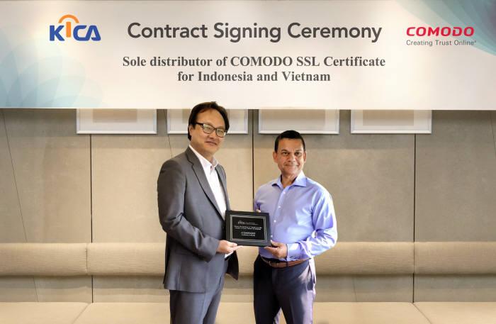 김상준 한국정보인증 대표(왼쪽)와 빌홀츠 코모도 대표가 인도네시아와 베트남 총판 계약을 맺었다.
