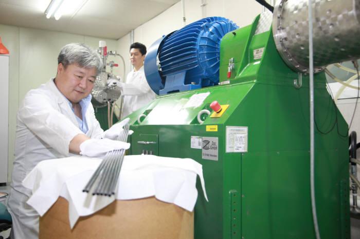 원자력연은 독자기술로 고강도 내열성 ODS 소재를 개발하는데 성공했다. 사진은 김태규 박사(사진 왼쪽)가 개발 소재를 살펴보는 모습.