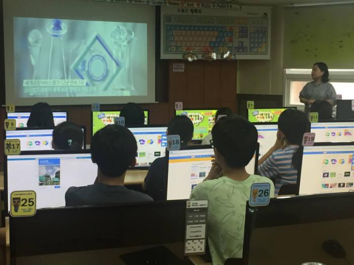 먼우금초 학생이 인천공항 소개 동영상을 보고있다.