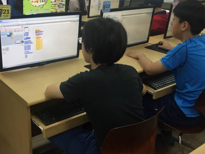 먼우금초 학생이 스크래치로 프로그램을 만들고 있다.