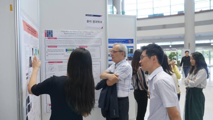 GIST 대학은 3일 오룡관에서 2018년 포스터 발표회(G-SURF Poster Session)을 개최했다.