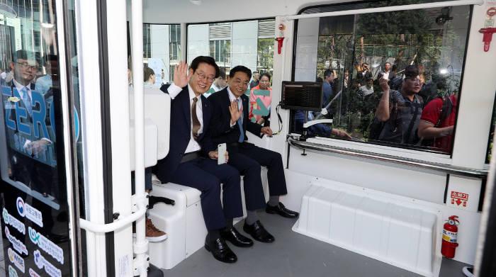국내 최초 운전자 없는 자율주행차 제로셔틀이 판교 제2테크노밸리에서 시범운행을 시작했다.