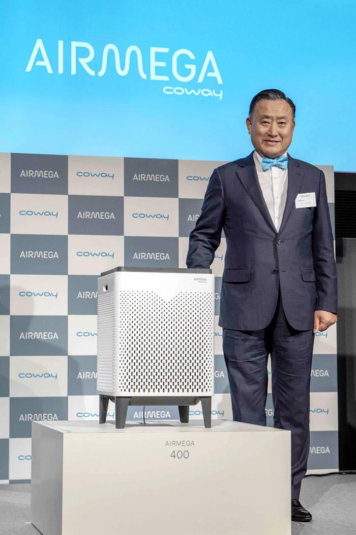 코웨이(대표 이해선)는 지난 4일 일본 도쿄에서 공기청정기 에어메가(AIRMEGA) 브랜드 론칭 행사를 개최하며 일본 프리미엄 공기청정기 시장 공략에 나섰다. 이해선 코웨이 대표이사가 에어메가를 소개하고 있다.