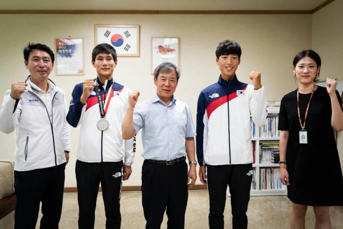 이번 아시안게임에서 은메달을 딴 선수와 관계자.