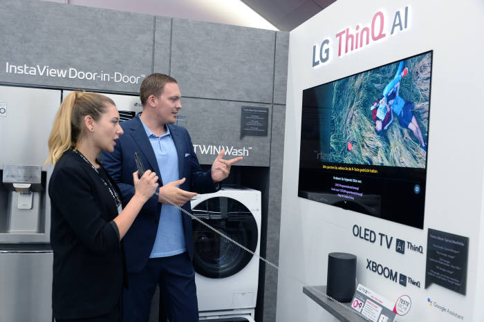 2일(현지시간) 독일 베를린 미디어마크트 알렉사 매장에 마련된 LG전자 인공지능 씽큐 통합체험존에서 고객이 씽큐 가전 인공지능 기능을 체험하고 있다.