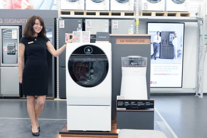 2일(현지시간) 독일 베를린 미디어마크트 알렉사 매장에서 LG전자 직원이 초프리미엄 LG 시그니처 제품을 소개하고 있다.