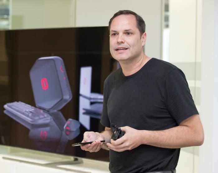 펠릭스 헤크 삼성전자 유럽 디자인 연구소장이 오디세이 디자인에 대해 설명하고 있다.