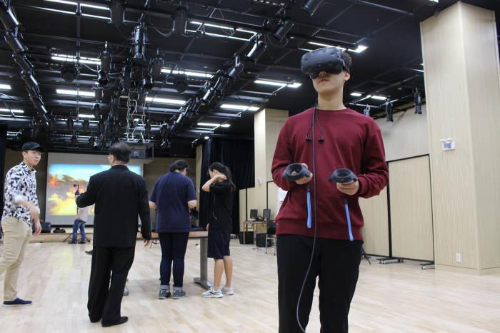 한국IT직업전문학교 학생이 VR 기기를 시연하고 있다.