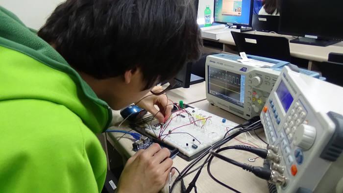 한국IT직업전문학교 융합스마트계열 학생이 사물인터넷(IoT) 프로젝트를 하고 있다.