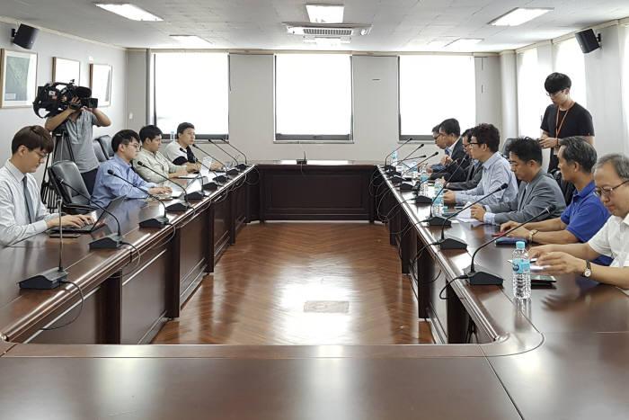 한국교통안전공단은 한국소비자협회 집단소송지원단과 만나 BMW 화재원인 검증에 관한 회의를 진행한 후 그 결과를 브리핑하고 있다. (제공=교통환경공단)