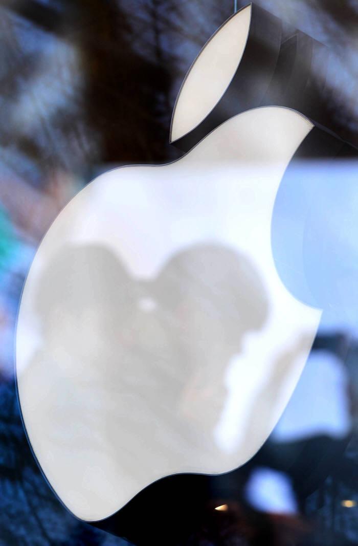 """[국제]""""애플, 당분간 디스플레이 지문인식 도입 안해"""""""