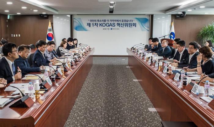 한국가스공사 임직원과 시민단체 및 전문가 등으로 구성된 혁신위원회가 1차회의를 했다.