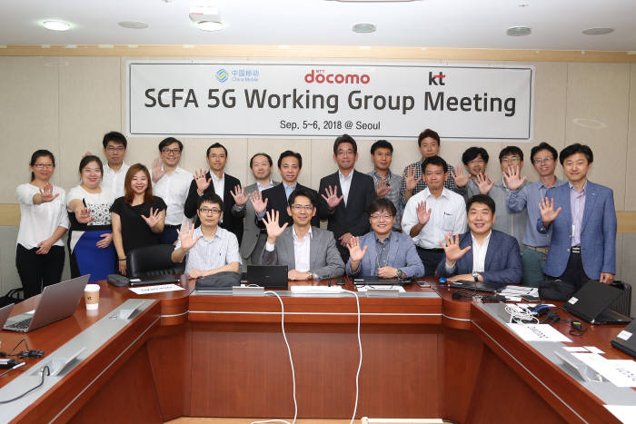KT 네트워크연구기술지원단장 이수길 상무(앞줄 왼쪽에서 3번째)를 비롯한 KT, 차이나모바일, NTT도코모 참석자들이 SCFA 5G 기술전략 회의에 앞서 기념 촬영하는 모습