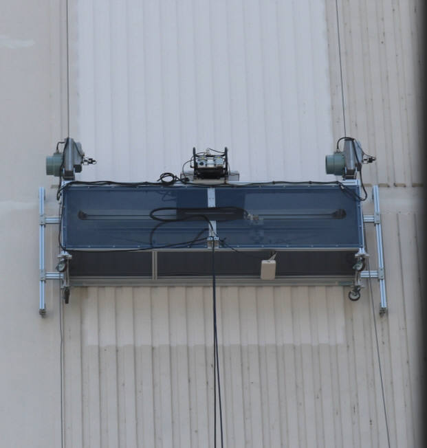 로보프린트가 개발한 고층건축물 외벽 페인팅로봇이 아파트 외벽에 도장작업하는 모습.