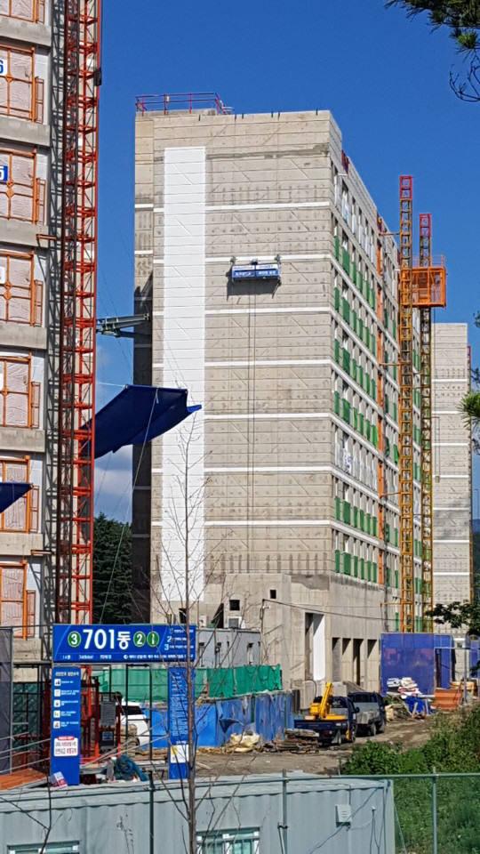 로보프린트의 페인팅 로봇이 지난 4일 대구 옥포 LH아파트 신축공사현장에서 아파트 외벽에 도장작업을 수행하고 있다.