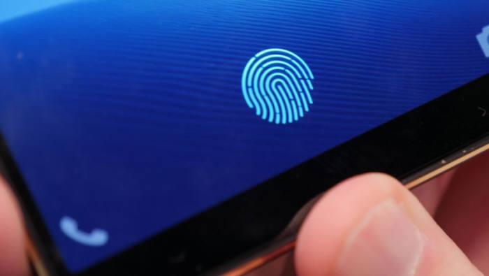 디스플레이 지문인식센서가 탑재된 스마트폰.