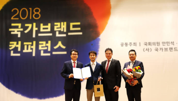 국회의원회관 대회의실에서 5일 진행된 2018 국가브랜드컨퍼런스에서 펍지주식회사 김창한 대표(왼쪽에서 두번째)가 2018 국가브랜드대상을 수상했다. 안민석 의원(왼쪽에서 첫번째)과 김창한 대표가 기념 촬영을 하고 있다.