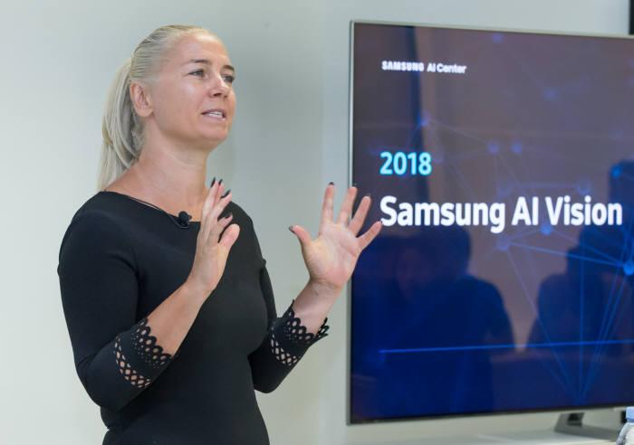 마야 팬틱 교수가 삼성전자 AI 전략과 케임브리지 AI센터 역할에 대해 설명하고 있다.